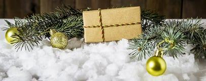 Подарок рождества на снежке Стоковые Фотографии RF