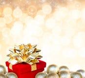 Подарок рождества окруженный безделушками Стоковые Фото