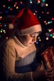 Подарок рождества отверстия мальчика Стоковое Изображение RF
