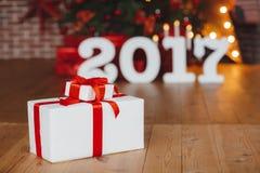 Подарок 2017 рождества под праздничной рождественской елкой Стоковые Фотографии RF