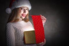 Подарок рождества. Счастливая коробка отверстия девушки Стоковое Изображение RF