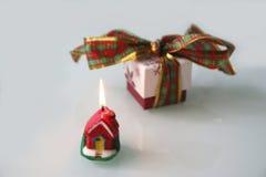 Подарок рождества с лентой и свечой стоковые фотографии rf