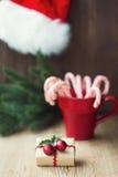 Подарок рождества с тросточками конфеты Стоковое Изображение RF