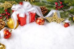 Подарок рождества с украшением на белой предпосылке стоковые фото