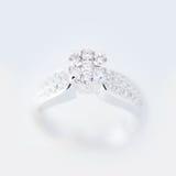Подарок свадьбы кольца с бриллиантом Стоковое Изображение