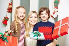 Подарок семьи предлагая на рождестве Стоковое Изображение