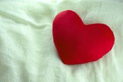 Подарок сердца влюбленности на белой ткани Стоковая Фотография RF