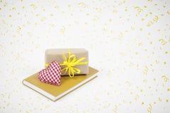 Подарок, сердце и книга с предпосылкой партии Стоковые Фотографии RF