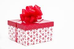 Подарок снега белый с красным смычком стоковое изображение