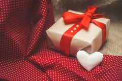 Подарок сделанный с руками с сердцем Стоковые Фото