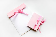 Подарок установленный с в розовым цветом Стоковые Изображения