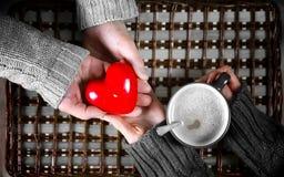 Подарок человека для девушки выпивает подарок кофе на день ` s валентинки Стоковые Изображения