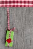 Подарок для рождества, дня рождения или валентинки при красный цвет услышанный на a Стоковое Изображение RF