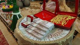 Подарок для семьи невесты в свадебной церемонии Стоковое Изображение RF