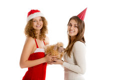 Подарок Xmas владением 2 девушек Стоковая Фотография RF