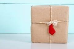 Подарочная коробка в бумаге kraft Стоковые Фотографии RF