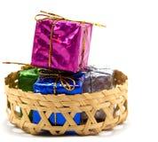 Подарочная коробка в корзине Стоковое Фото
