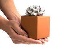 Подарочная коробка в руках Стоковые Изображения RF