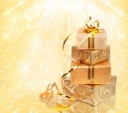 Подарочная коробка в упаковочной бумаге золота стоковое фото rf