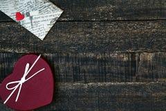 Подарочная коробка в форме сердца и деревянного стола Стоковые Изображения RF