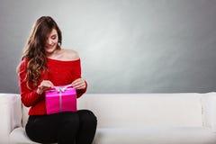 Подарочная коробка девушки раскрывая присутствующая розовая Стоковые Изображения