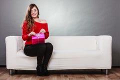 Подарочная коробка девушки раскрывая присутствующая розовая Стоковое Изображение RF