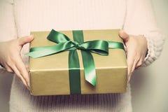 Подарочная коробка держа в руке Стоковое фото RF