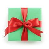 Подарочная коробка зеленой книги с красным взгляд сверху смычка ленты на белой предпосылке Стоковые Изображения