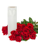 Подарочная коробка и букет от цветков роз изолированных на белизне стоковые изображения rf