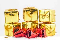 Подарочная коробка и колокол золота на белой или серой предпосылке Стоковые Изображения