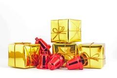 Подарочная коробка и колокол на белой предпосылке Стоковые Фото
