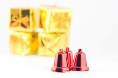 Подарочная коробка и колокол на белой предпосылке Стоковые Изображения