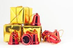 Подарочная коробка и колокол на белой предпосылке Стоковое Изображение