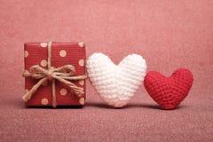 Подарочная коробка и прелестное handmade вязание крючком сердца 2 Стоковые Фотографии RF