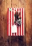 Подарочная коробка и украшения рождества на деревянной предпосылке. Винтаж Стоковое Фото