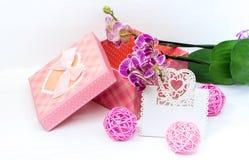 Подарочная коробка и цветки орхидей и карточки Стоковые Изображения