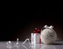 Подарочная коробка и шарик рождества Стоковое Изображение RF