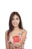 Подарочная коробка красивой азиатской выставки женщины красная на ее руке ладони Стоковое Изображение