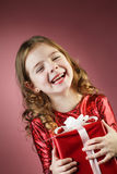 подарочная коробка маленькой девочки открытая красная Стоковые Изображения RF