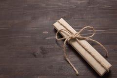 Подарочная коробка на деревянной предпосылке с пустым космосом Стоковое Изображение