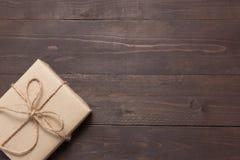 Подарочная коробка на деревянной предпосылке с пустым космосом Стоковое фото RF