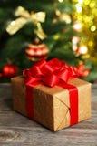 Подарочная коробка на деревянной предпосылке Стоковые Фото