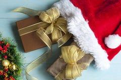 Подарочная коробка на деревянном backgound Стоковая Фотография