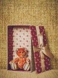 Подарочная коробка на предпосылке ветоши Стоковые Изображения