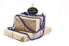 Подарочная коробка обернутая рождеством на белой предпосылке Стоковые Фото