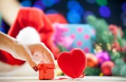 Подарочная коробка около игрушки формы сердца Стоковое Изображение