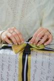 Подарочная коробка отверстия женщины с thee рождества Стоковое Изображение RF