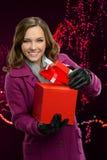 Подарочная коробка отверстия женщины Стоковые Фото