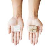 Подарочная коробка пакета удерживания руки, и примечание бумаги, изолированное на белой предпосылке Стоковое фото RF