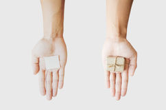 Подарочная коробка пакета удерживания руки, и примечание чистого листа бумаги, на белых предпосылках Стоковое Фото